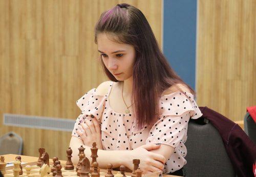 Первенство страны по шахматам среди юношей и девушек до 18 лет. Играет Дарья Астапчик.